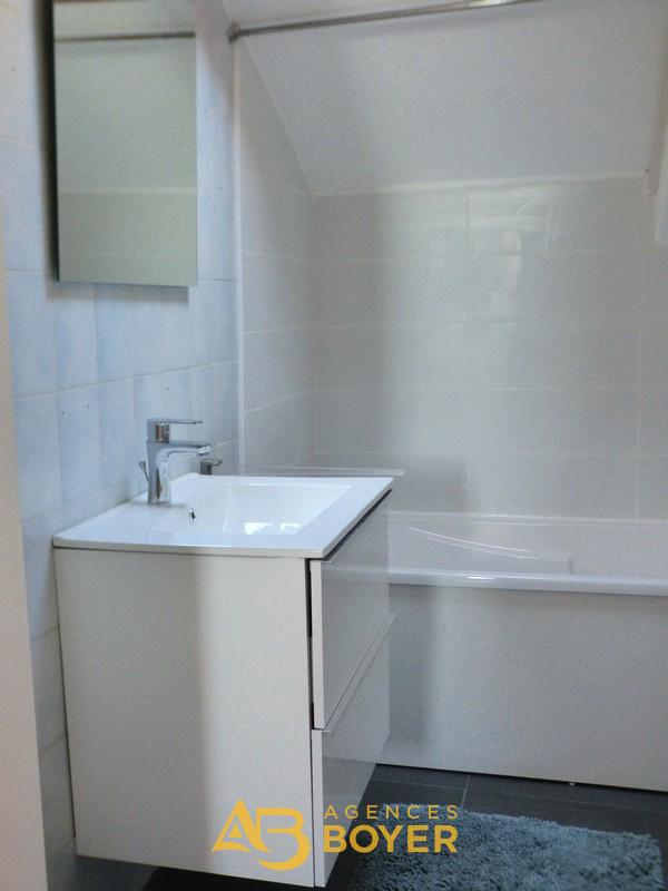 Salle de bains avec wc et petit coin buanderie